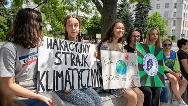 Inga Zasowska (druga z lewej) podczas wakacyjnego strajku klimatycznego pod Sejmem w Warszawie, 28 czerwca 2019.
