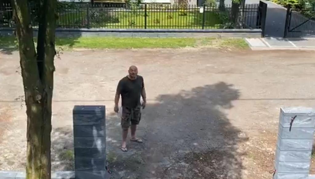 Najman czeka pod swoim domem na Proksę