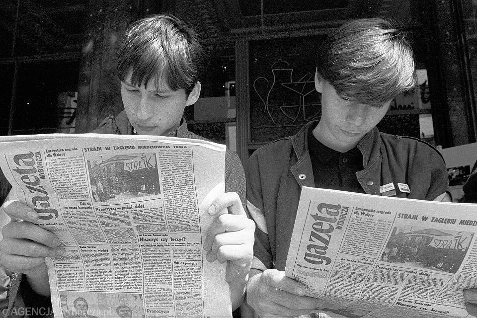 Maj 1989. Trwa kampania przed pierwszymi wolnymi wyborami. 'Wyborcza' jest dla Polaków głównym źródłem informacji, gdzie głosować, kto z demokratycznej opozycji kandyduje i co naprawdę dzieje się w kraju
