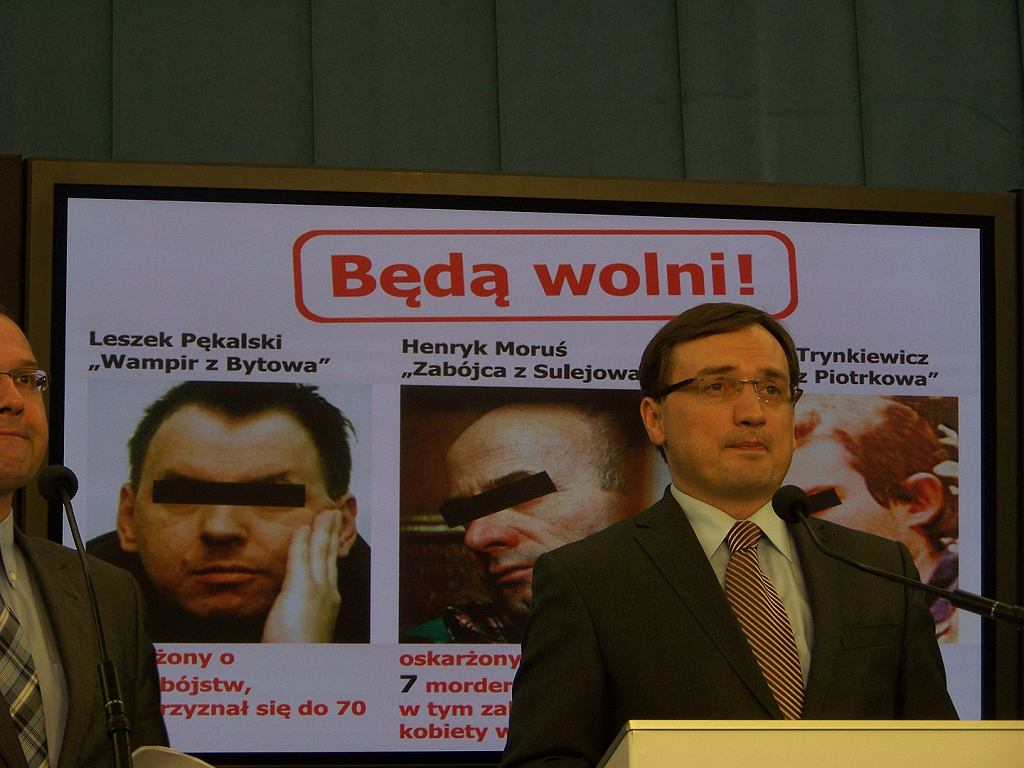 Konferencja Zbigniewa Ziobry, w tle wizerunek Leszka Pękalskiego