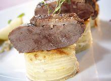 Pieczona pierś z gęsi z ziemniakami au gratin i sosem śliwkowym - ugotuj