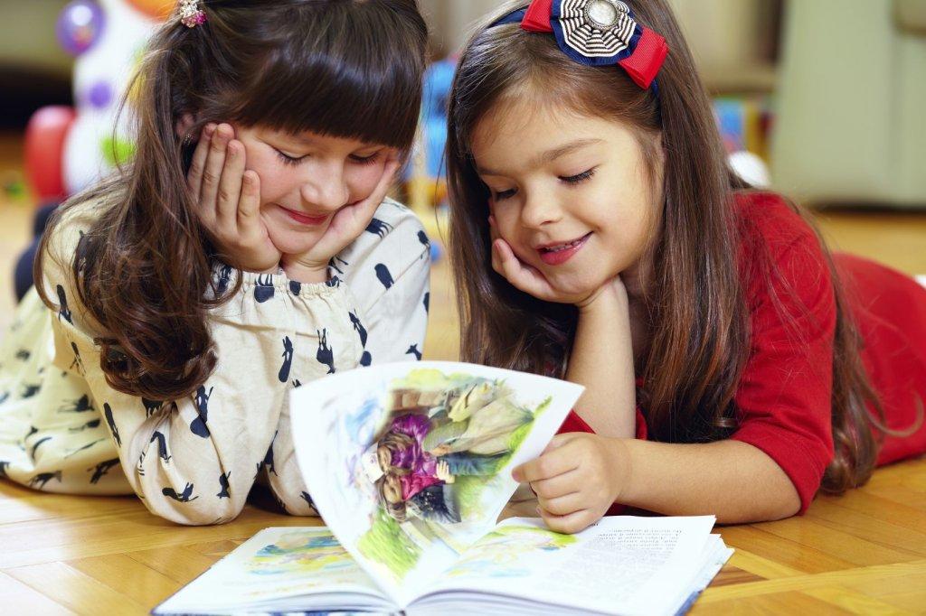 Książki dla dzieci są bardzo różne: z wierszykami, obrazkami, poważnymi historiami. Maluchy znajdą coś dla siebie i będą z chęcią sięgały po ulubione lektury, nie tylko z okazji Międzynarodowego Dnia Książki dla Dzieci.