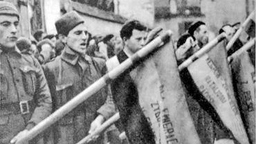 """Polscy ochotnicy, znani jako dąbrowszczacy (od nazwy ich XIII Brygady Międzynarodowej im. Jarosława Dąbrowskiego), składają przysięgę na wierność Republice prawdopodobnie w Albacete w 1936 r. albo 1937 r. W wolnej Polsce dwukrotnie, w 1991 r. i za rządów PiS w 2007 r., usiłowano im odebrać uprawnienia kombatanckie jako agentom komunistycznym, choć żyła ich już tylko garstka. Bronili ich wtedy w """"Apelu Antygony"""" m.in. Marek Edelman, Leszek Kołakowski, Jacek Kuroń, a także hiszpański król i parlament, który przyznał im obywatelstwo Hiszpanii."""