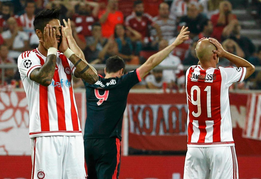 Robert Lewandowski cieszy się po golu Thomasa Muellera
