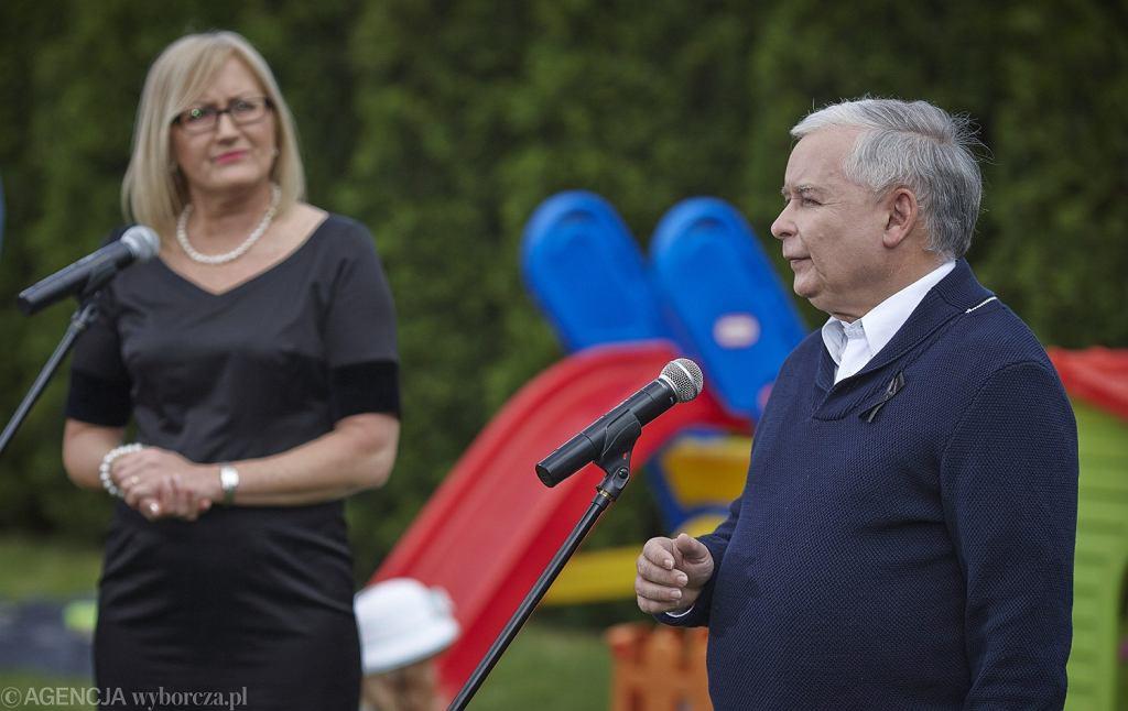 Prezes PiS Jarosław Kaczyński podczas wizyty i konferencji prasowej w prywatnym domu Joanny Kopcińskiej przewodniczącej Rady Miasta Łodzi, kandydatki PiS na prezydenta miasta - maj 2014 rok