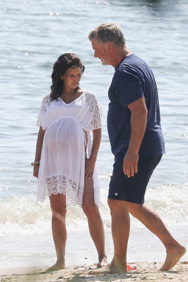Alec i Hilaria Baldwin z dziećmi na plaży