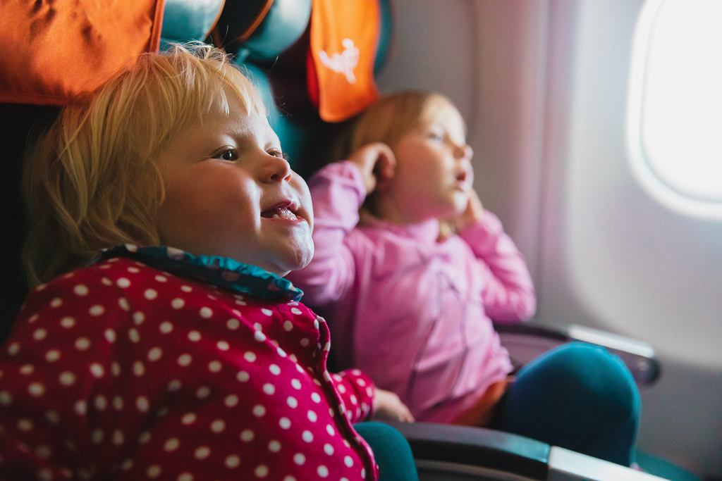 Długi lot z małym dzieckiem to wyzwanie dla rodziców.