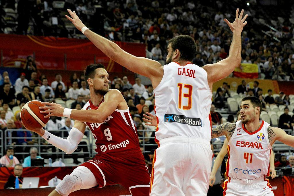Mistrzostwa świata w koszykówce Chiny 2019. Polska przegrała z Hiszpanią, na zdjęciu Mateusz Ponitka i Marc Gasol.