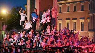 Tak kibice Legii świętowali zdobycie mistrzostwa w nocy na placu Zamkowym
