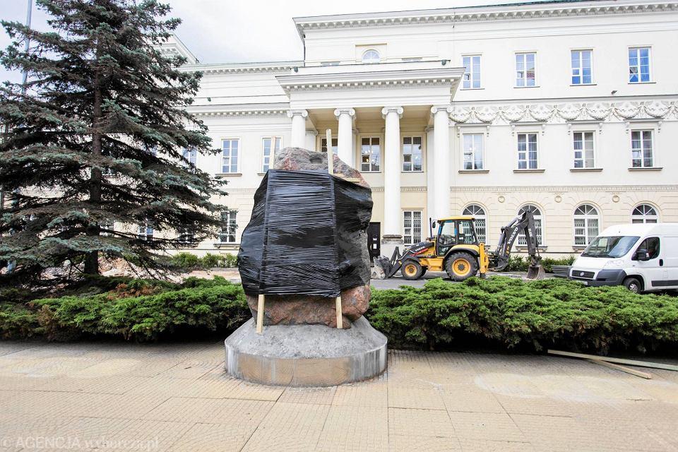 Zdjęcie numer 2 w galerii - Przebudowa dziedzińca przed ratuszem. Pomnik Lecha Kaczyńskiego chowany przed konserwatorem?