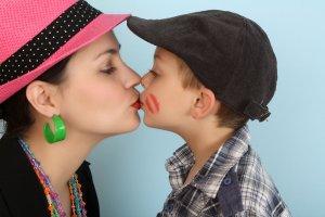 O całowaniu dzieci w usta i o innych absurdalnych poradach dla rodziców