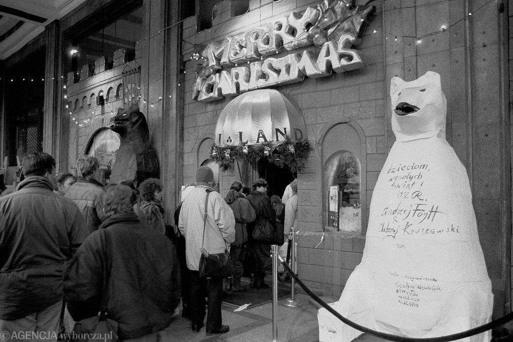 Kolejka klientów przed sklepem Kidiland na pl. Konstytucji, 21 grudnia 1992 roku
