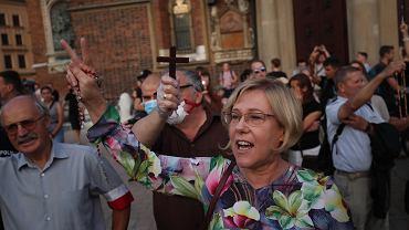 Marsz Równości i kontrmanifestacje. Grupa osób przy kościele Mariackim, wśród nich kurator Barbara Nowak.