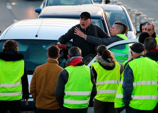 Kierowca krzyczy na demonstrantów we francuskiej Bajonnie
