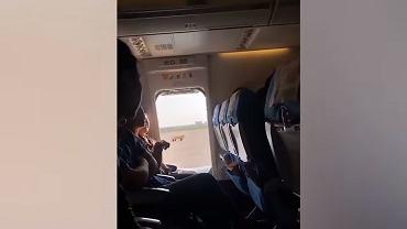 Pasażerka otworzyła drzwi awaryjne w samolocie tuż przed startem