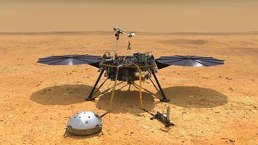 Wizualizacja lądownika InSight stojącego na równinie Elysium Planitia. Przed lądownikiem rozstawione są dwa instrumenty - francuski sejsmometr (po lewej) i polski Kret (po prawej)