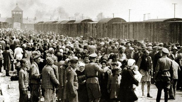 Węgierscy Żydzi na rampie kolejowej w obozie zagłady Auschwitz-Birkenau. Bezpośrednio po przyjeździe esesmani mówili im, że pójdą do łaźni się wykąpać, w rzeczywistości prowadzili ich bezpośrednio do komór gazowych. Według obliczeń badaczy z obozu Niemcy zgładzili w nim około  1,1 mln ludzi - ta liczba wynika z wyliczeń opartych na twardych dowodach.