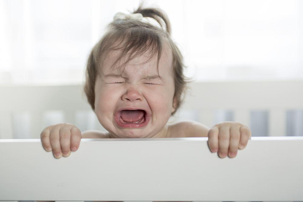 Gdy dziecko zanosi się płaczem, przede wszystkim nie należy panikować, tylko gwałtownym działaniem przerwać ten stan