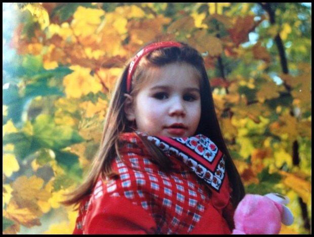 Mała Ania, miś i liście