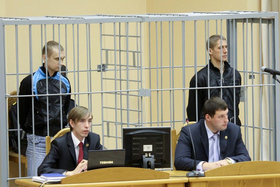 Zastepca prokuratora generalnego Białorusi żąda kary śmierci dla Dzmitryja Kanawałaua i Władysłaua Kawaloua, oskarżanych o zorganizowanie zamachu terrorystycznego w mińskim metrze. Po wątpliwym, pokazowym procesie obu mężczyzn rozstrzelano - uznaje się ich za niewinne ofiary autorytarnej Białorusi.
