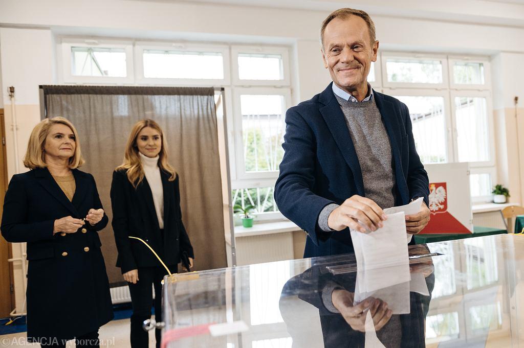 Donald Tusk głosuje z rodziną