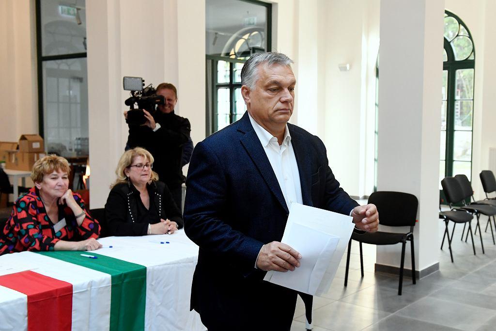Premier Wiktor Orban głosuje w wyborach samorządowych na Węgrzech, 13 października 2019 r.
