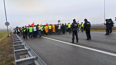 QRolnicy blokuja autostrade A2 - w kierunku Warszawy , pod Grodziskiem Mazowieckim