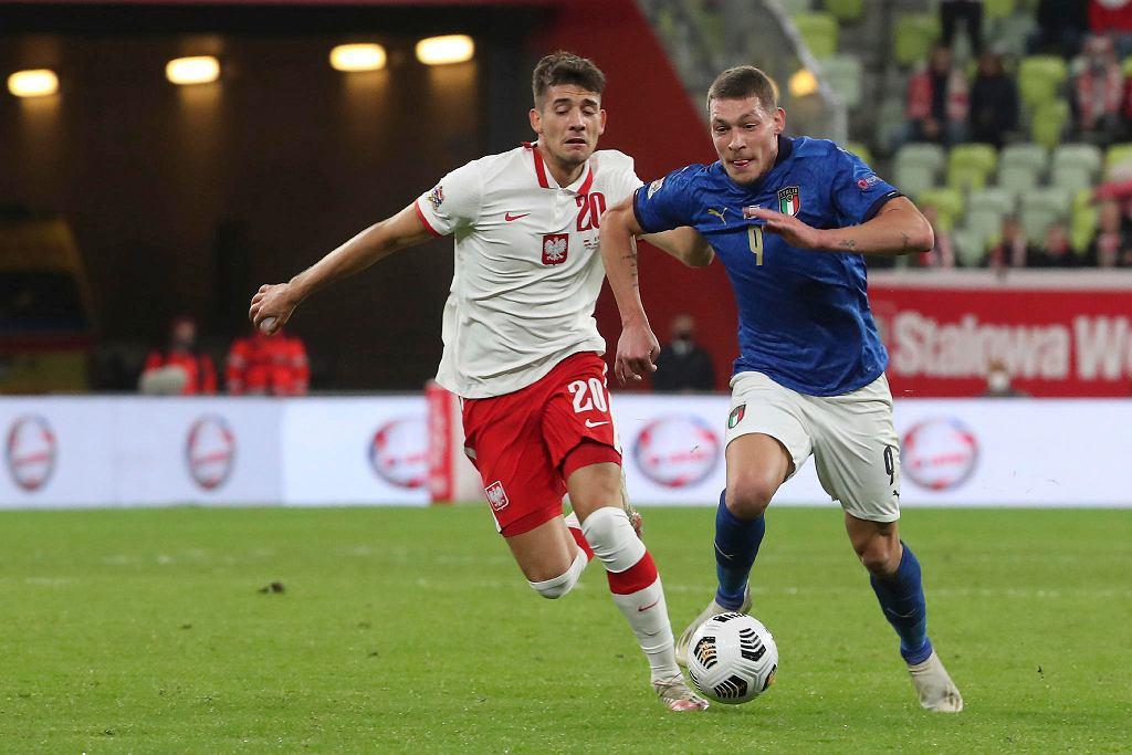 Polska - Włochy w Lidze Narodów. Jakub Moder walczy z Andreą Belottim