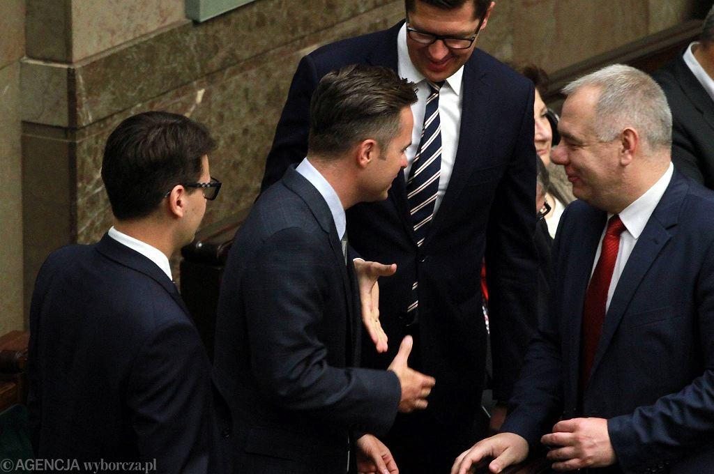 ''Trójka madrycka'' - posłowie Adam Rogacki, Antoni Kamiński i Adam Hofman w rozmowie z Jackiem Sasinem. Zdjęcie z 26 maja 2015
