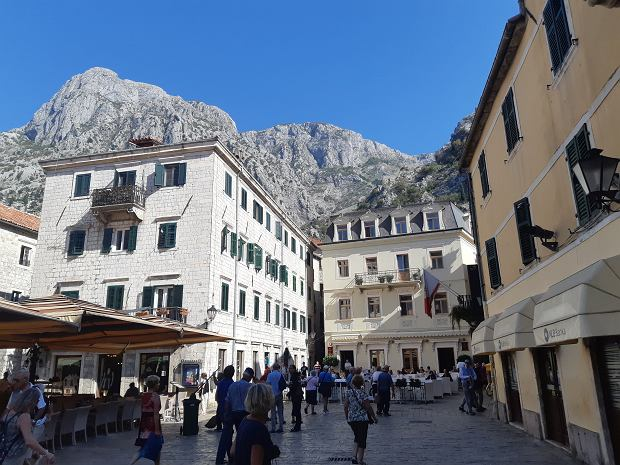 Kotor leży u podnóża masywu Lovćen i otoczony jest 'małym Chińskim Murem'