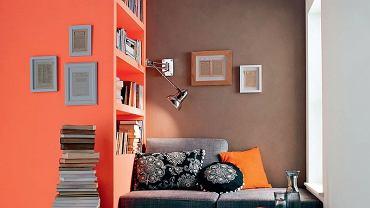 Kolorowy kąt z półkami na książki