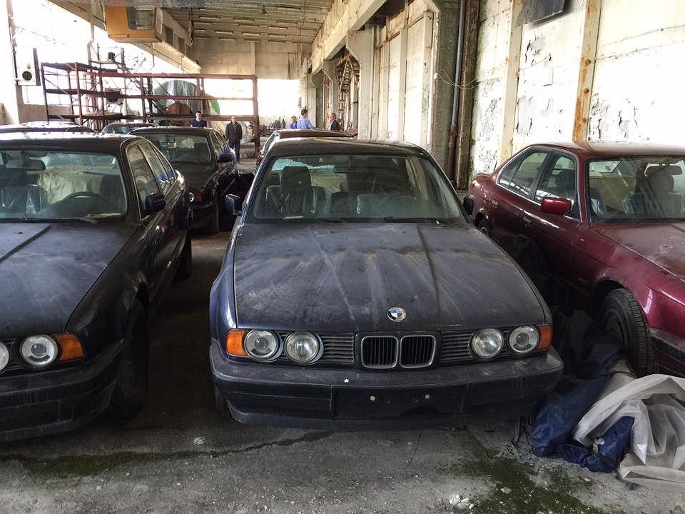11 fabrycznie nowych samochodów znaleziono w magazynie na południu Bułgarii