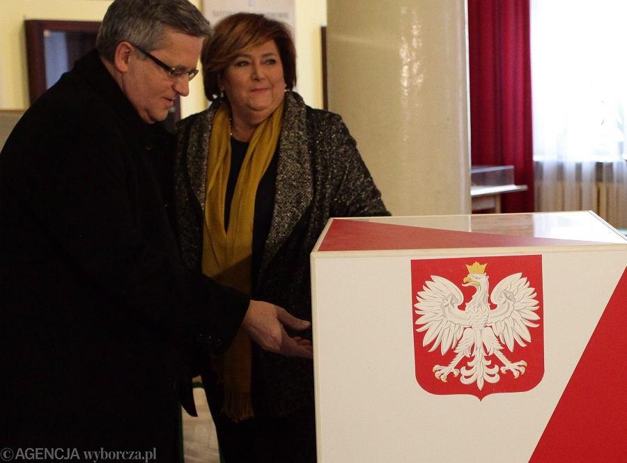 Prezydent Bronisław Komorowski podczas głosowania w II turze wyborów samorządowych