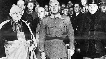 Generał Francisco Franco podczas wizyty w Valladolid 7 stycnzia 1937 r. Obok niego arcybiskup Valladolid, Remigio Gandasegui y Gorrochategui.