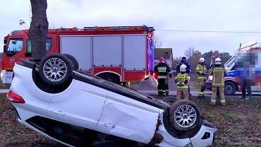 Lubelskie. Groźny wypadek na DK nr 74. Auto dachowało i wylądowało na poboczu