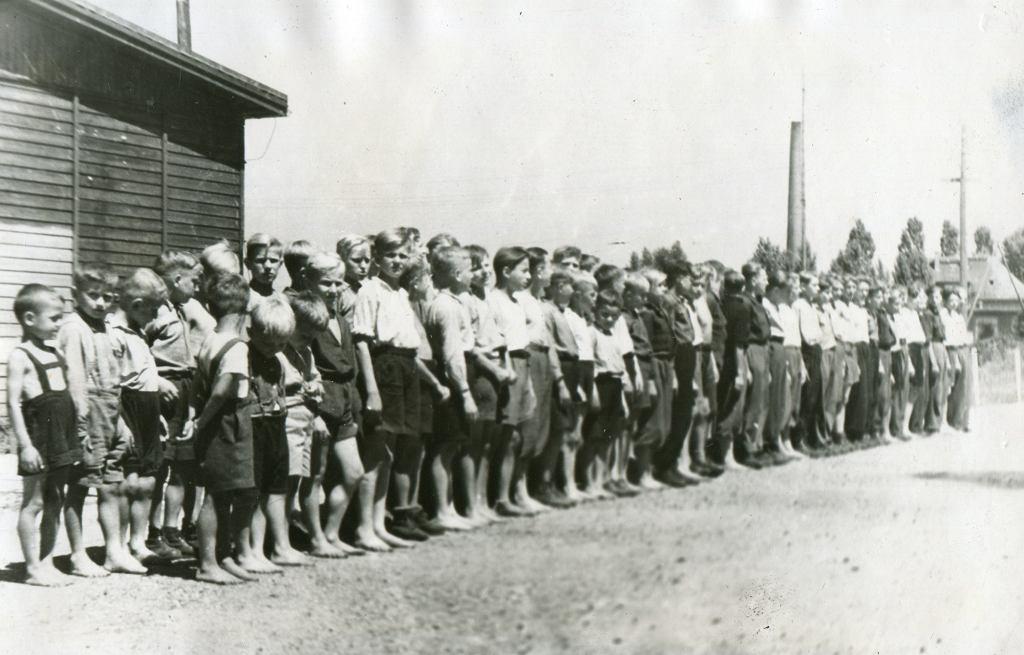 Powitanie dzieci, które - wywiezione przez Niemców - odnaleziono po wojnie i które wróciły do Polski (fot. Muzeum Historii Katowic)
