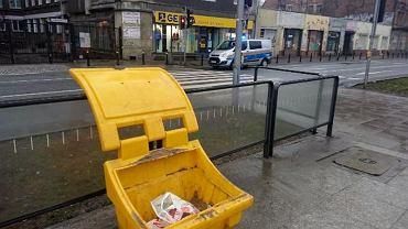 Na Pradze-Północ handlują papierosami z koszy na śmieci. Udaremniono sprzedaż ponad 160 paczek