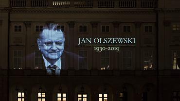 Iluminacja na fasadzie Pałacu Prezydenckiego poświęcona zmarłemu Janowi Olszewskiemu