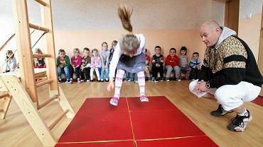 """badanie sprawności dzieci w Przedszkolu """"Strzaty"""". Maluchy musiały skakać..."""