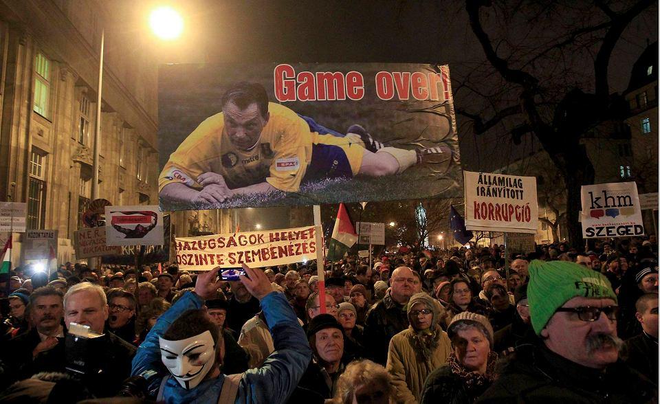 Demonstranci są wściekli na władzę za korupcję, autorytarne rządy i dławienie wolności słowa. W tym tygodniu protestowali w Budapeszcie trzy dni z rzędu (zdjęcie z 16 grudnia)