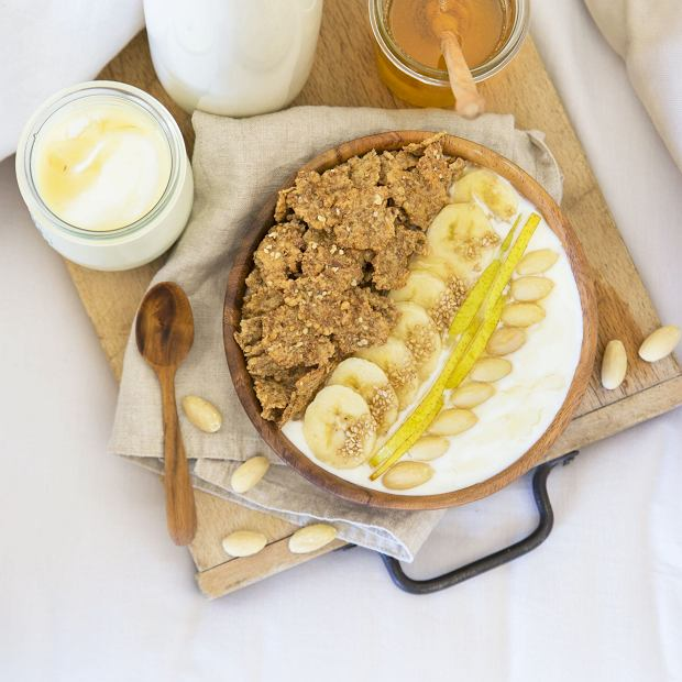 Przepyszna porcja płatków Nestlé FITNESS z bananem i migdałami