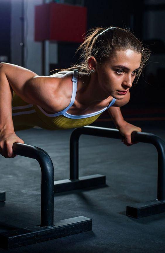 Pompki na poręczach doskonale rzeźbią triceps i mięśnie klatki piersiowej.