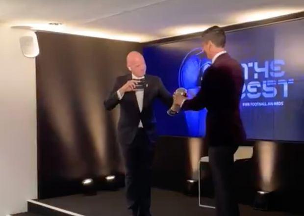 Prezes FIFA dla Lewandowskiego poleciał do Monachium. Wręczenie nagrody od kulis [WIDEO]