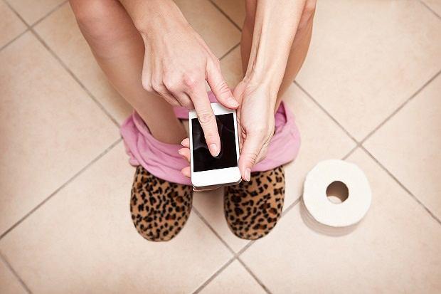 Zabieranie ze sobą telefonu do toalety może się skończyć poważnym zatruciem