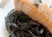 Czarny makaron z łososiem - ugotuj