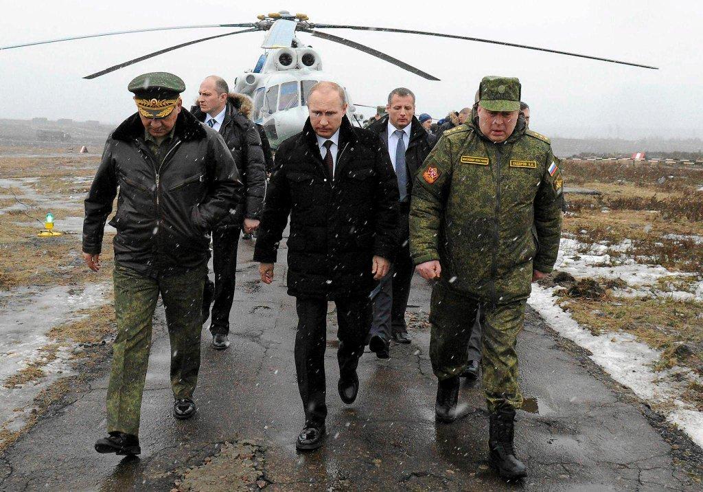 Władimir Putin w towarzystwie ministra obrony Siergieja Szojgu obserwował ostatnią fazę manewrów wojskowych w obwodzie Kaliningradzkim
