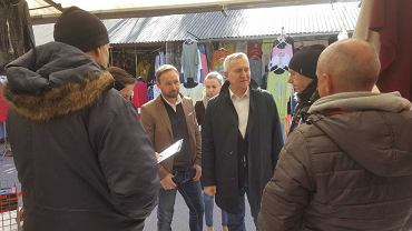 Podpisy pod petycją o przywrócenie tzw. wiz zakupowych dla obywateli Białorusi zbierali w poniedziałek (1 kwietnia) na białostockim bazarze przy ul. Kawaleryjskiej działacze PO. W zbiórkę włączył się kandydat PO do europarlamentu Tomasz Frankowski