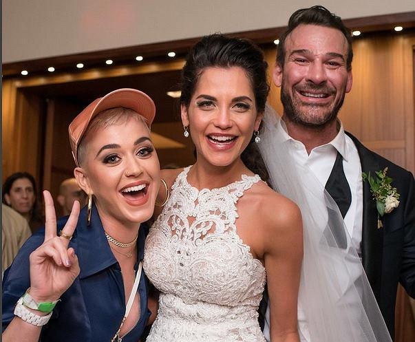 Młoda para nie spodziewała się dodatkowego gościa, z pewnością nie myśleli o tym, że na ich wesele przyjdzie wspaniała piosenkarka. Katy Perry wykorzystała krótką przerwę w trasie koncertowej i odwiedziła swoich fanów w tym wyjątkowym dniu.