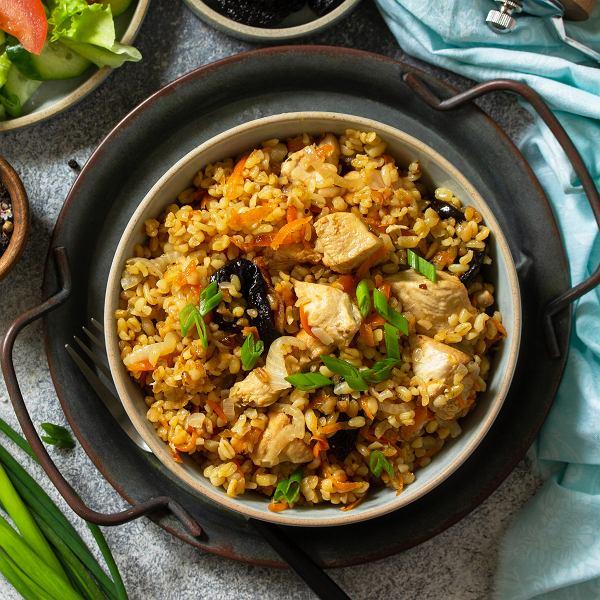 Kasza bulgur z warzywami, kurczakiem lub tofu