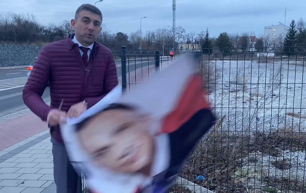 Pan Norbert zdjął plakat Andrzeja Dudy, powieszony bez jego zgody na płocie.